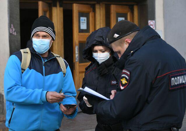 التحقق من تطبيق نظام تصاريح المرور الرقمية والحركة في إطار الإجراءات الوقائية  ضد كورونا في موسكو، أبريل 2020