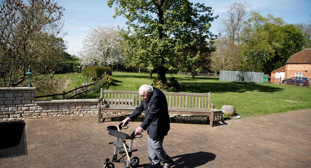 الكابتن توم مور يمشي في حديقته