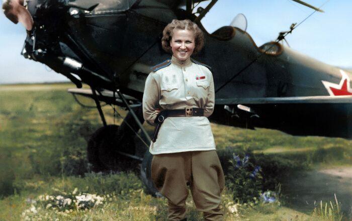 ناديجدا فاسيليفينا بوبوفا (ناديا بوبوفا)، الطيارة السوفيتية التيكانت تشارك في الغارات الليلية ضد العدو النازي خلال الحرب الوطنية. أسقطت أكثر من 23 ألف قنبلة في أكثر من 30 ألف مهمة ضد العدو. بعد الحرب، بقيت بوبوفا في مجال الطيران وحصلت رتبة العقيد، ونالت لقب بطل الاتحاد السوفيتي ووسام النجمة الذهبية، ووسام لينين، ووسام النجمة الحمراء (ثلاث مرات).