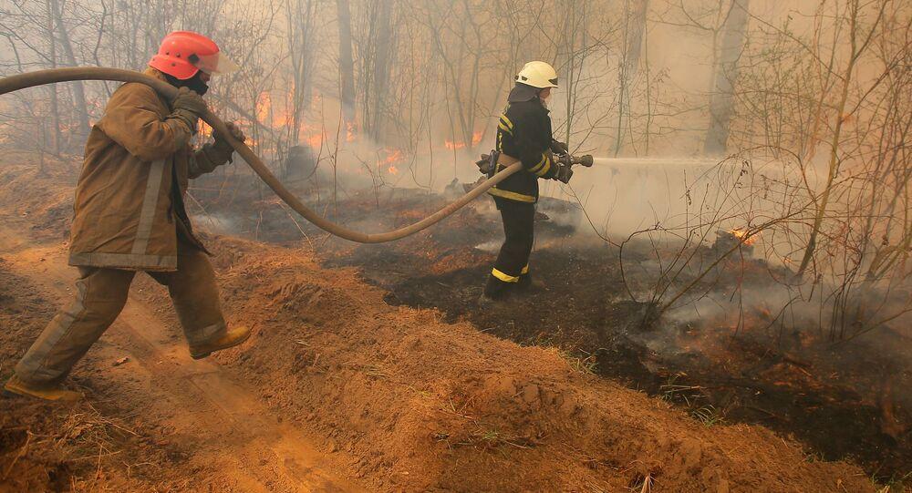 رجال إطفاء الحرائق في قرية بوليسكويه، بالقرب من قرية راغوفكا، على أراضي المنطقة المحظورة حول محطة تشيرنوبيل للطاقة النووية، حيث لم تتوقف حرائق الغابات لمدة أسبوع تقريبا.