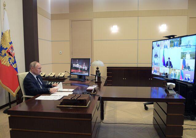 الرئيس الروسي فلاديمير بوتين يعقد اجتماعا مع أعضاء الحكومة الروسية على الإنترنت في مقر إقامته في نوفو- أوغاريوف خارج موسكو، روسيا 15 أبريل 2020