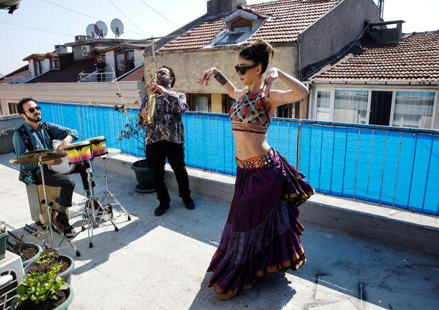 الراقصة سو سيفدا أوزون ترقص على سطح منزلها، برفقة فرقة موسيقية، بسبب الحجر الصحي، كإجراء  وقائي ضد فيروس كورونا (كوفيد-19) في تركيا، 13 أبريل 2020