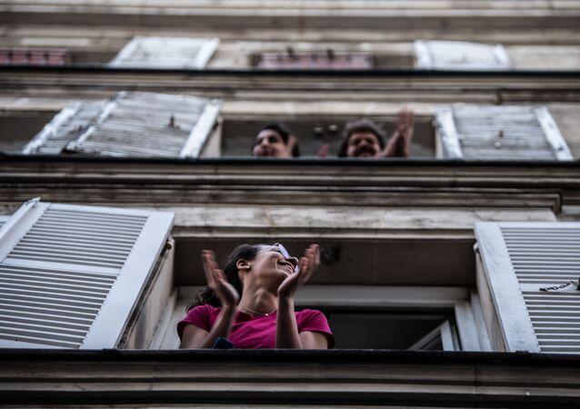 يصفق أهالي باريس في الساعة 20:00 يوميا، بالتزامن مع باقي المدن الفرنسية، لإظهار دعمهم لموظفي الرعاية الصحية في باريس، في 14 أبريل 2020، في اليوم التاسع والعشرين من الإغلاق التام في فرنسا بهدف كبح انتشار كوفيد- 19 .