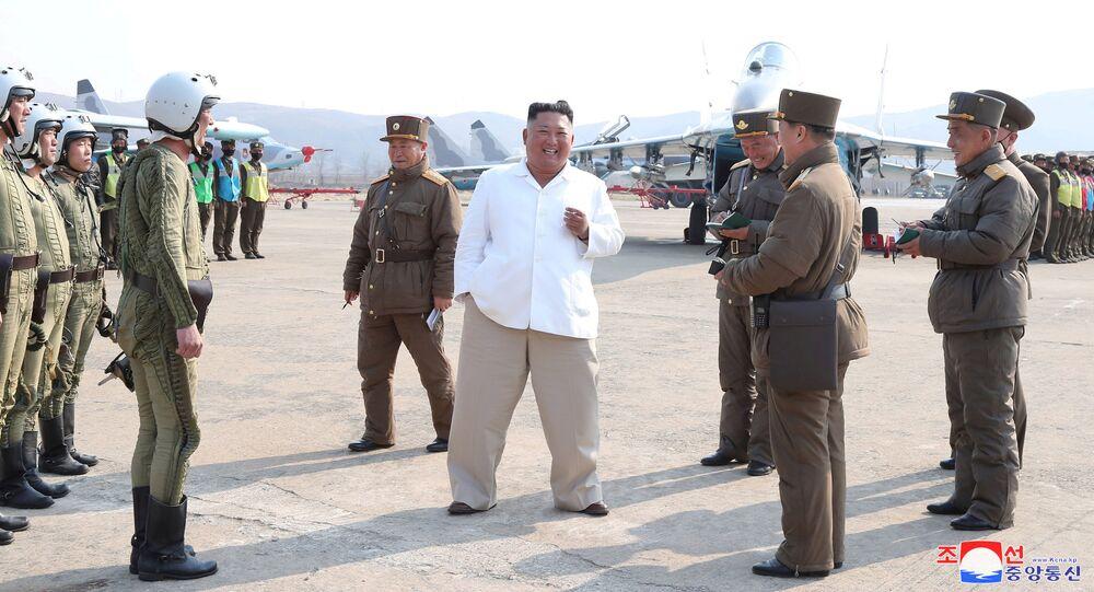 زعيم كوريا الشمالية كيم جونغ أون يزور قاعدة للطائرات الهجومية التابعة للدفاع الجوي،  12 أبريل 2020