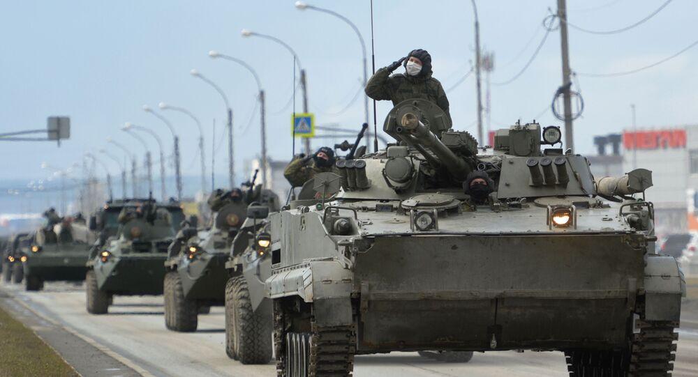 قافلة من دبابات بالمنطقة العسكرية المركزية الروسية للتحضير للبروفة العرض العسكري لعيد النصر في يكاترينبورغ، مخصصة للاحتفال بالذكرى 75 للنصر في الحرب الوطنية العظمى.