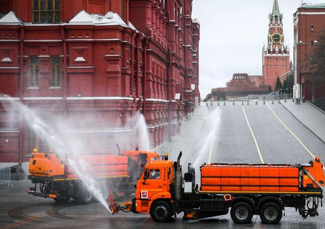 عملية تعقيم واسعة النطاق للطرق والأرصفة في موسكو، اجراءات وقائية ضد كورونا، روسيا، 18 أبريل 2020