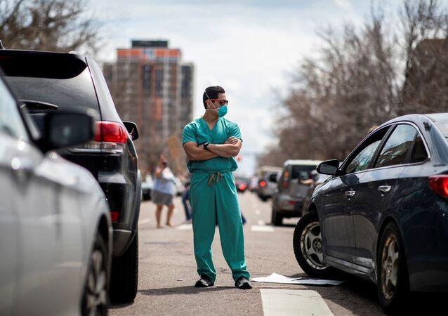 أطباء أمريكيون يقفون بوجه المظاهرات ضد الحجر الصحي