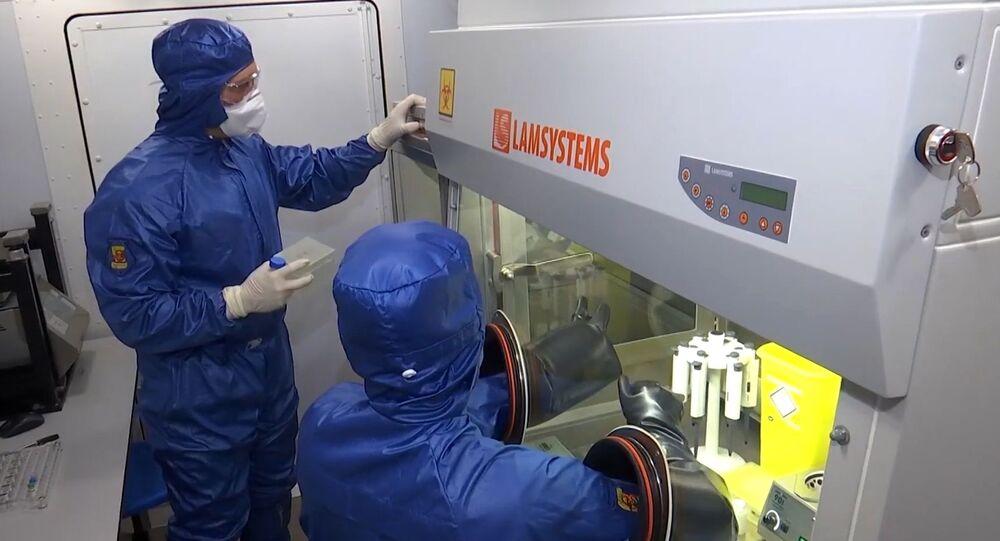 متخصصون في وزارة الدفاع الروسية في مختبر بيولوجي، في القاعدة الجوية أوريو أل سيريو، إيطاليا 20 أبريل 2020