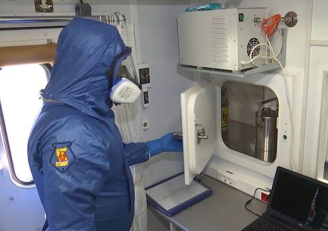 متخصص في وزارة الدفاع الروسية في مختبر بيولوجي، في القاعدة الجوية أوريو أل سيريو، إيطاليا 20 أبريل 2020