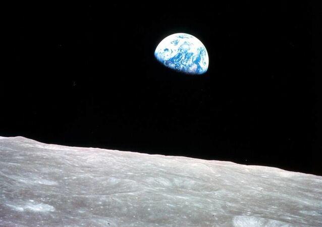 أول صورة للأرض من مدار القمر، تم التقاطها في 24 ديسمبر عام 1968 خلال مهمة أبولو 8