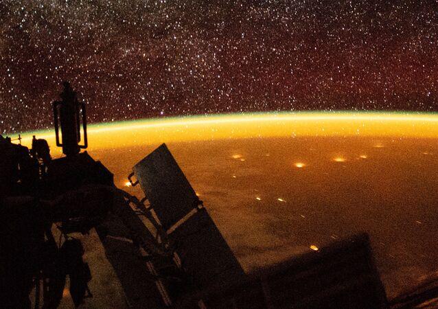 صورة للمعان الغلاف الجوي للأرض، التقطها رائد فضاء من محطة الفضاء الدولية أثناء مهمة خارج المركبة، 2018