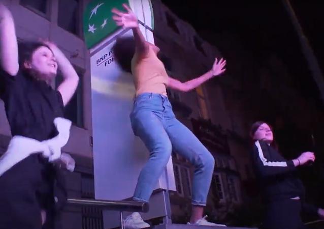 الشعب البلجيكي لا ييأس... رقص في الشوارع تقديرا للأطباء