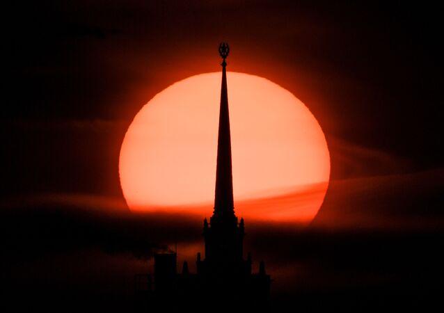 غروب الشمس على خلفية ساحة كودرينسكايا في موسكو