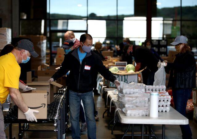أمريكيون يطلبون الطعام من بنك الغذاء