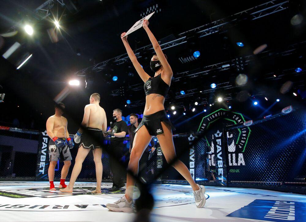 MMA - BFC 50 - بطولة القتال البيلاروسية - فتاة حلبة المصارعة ترتدي كمامة في قاعة برايم هول، مينسك ، بيلاروسيا - 17 أبريل 2020.