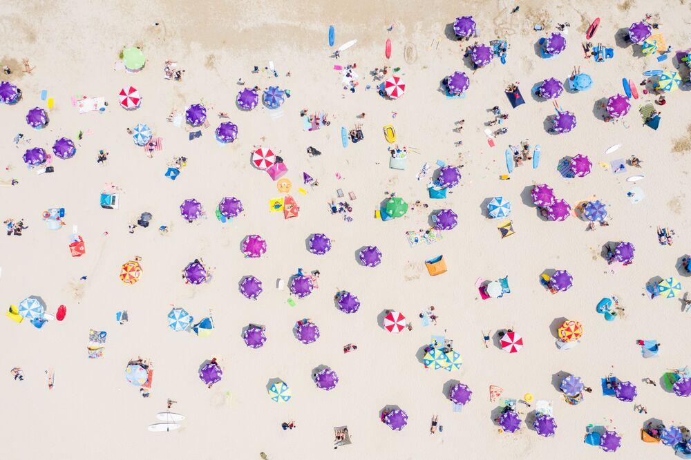 الصورة الجوية أشخاصًا يتجمعون على شاطئ في هونغ كونغ، محافظين بمسافة التباعد الاجتماعي بسبب جائحة كورونا، 19 أبريل 2020