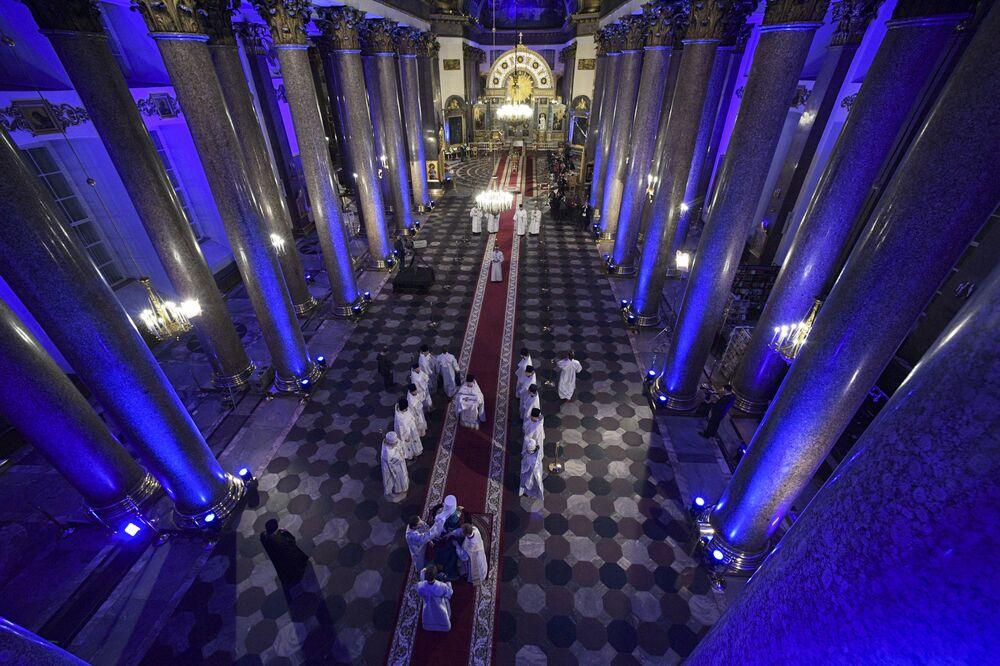 مراسم احتفالية بعيد الفصح الارثوذوكسي في كاتدرائية قازان في سان بطرسبورغ، روسيا، 18 أبريل 2020
