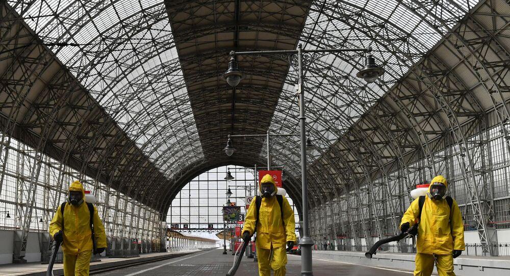 يقوم موظفو وزارة الطوارئ الروسية بالتعقيم في محطة الفطارات كييفسكايا في موسكو كجزء من تدابير الوقاية من الإصابة بالفيروس التاجي كورونا