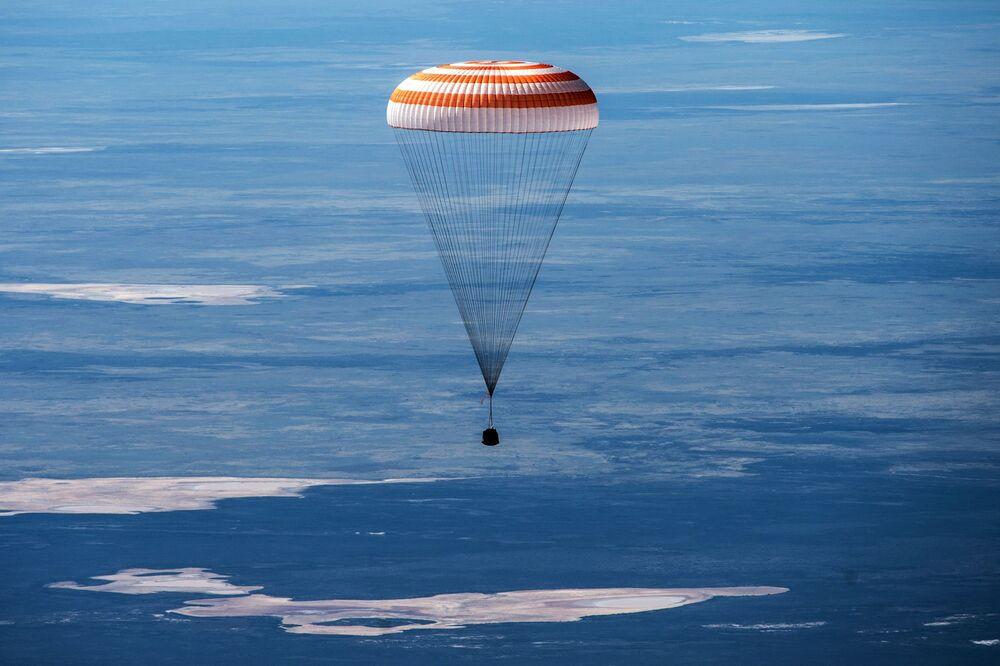 هبوط المركبة الفضائية المأهولة سويوز إم إس-15 مع ثلاثة من أفراد طاقم محطة الفضاء الدولية في سهوب كازاخستان، 17 أبريل 2020