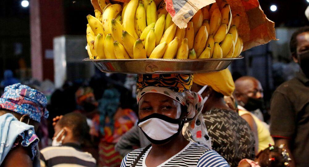 بائعة موز في الشارع ترتدي كمامة، على خلفية انتشار فيروس كورونا في أبيدجان، الساحل العاج  22 أبريل 2020