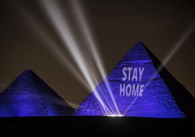 إضاءة أهرامات الجيزة عبارة ابق في البيت في القاهرة، في إطار حملة توعوية لمنع انتشار فيروس كورونا في مصر، 18 أبريل 2020