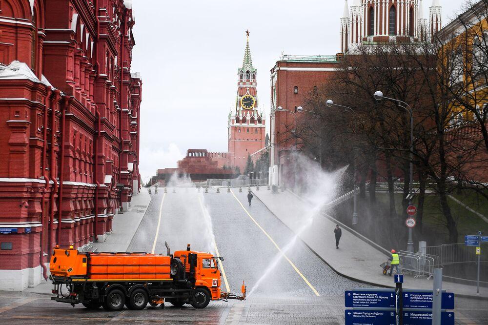 مركبة خدمات تقوم بتعقيم الطرق والأرصفة بالقرب من الساحة الحمراء في موسكو.