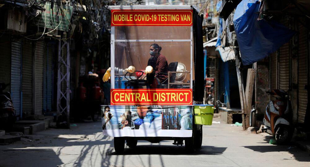 طبيبة تجلس داخل عيادة متنقلة لاختبار مرض الفيروس التاجي (كوفيد-19) وهي تنتظر الأشخاص في منطقة سكنية في الأحياء القديمة من مدينة دلهي، الهند ، 20 أبريل 2020.