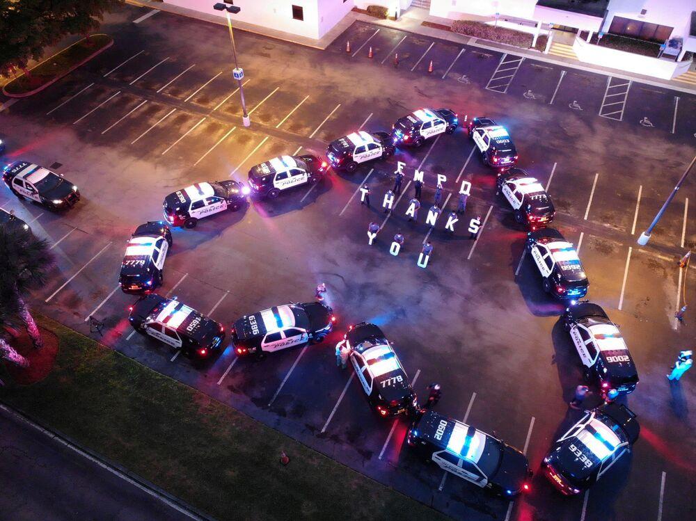 عناصر قسم شرطة فورت مايرز يشكلون قلبا من سيارات الشرطة، لشكر العاملين في مستشفى لي ميموريال، في فورت مايرز، الولايات المتحدة، 16 أبريل 2020