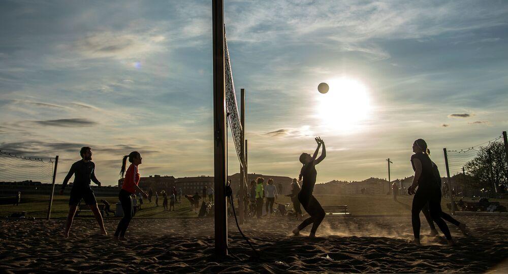 يلعب الناس الكرة الطائرة الشاطئية في حديقة غارديت للترفيه، وسط تفشي مرض التاجية (كوفيد-19)، في ستوكهولم، السويد، 20 أبريل 2020.