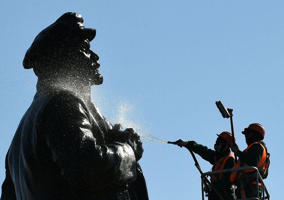غسل نصب تذكاري للينين في كراسنويارسك بمحلول المنظفات والمطهرات عشية الذكرى 150 لميلاده، 21 أبريل 2020.