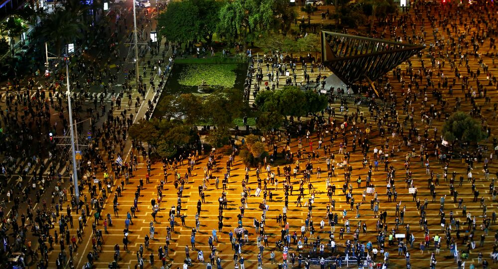 احتجاجات ضد رئيس الوزراء الإسرائيلي بنيامين نتنياهو في ميدان تل أبيب، مع اتباع مسافة التباعد الاجتماعي بسبب انتشار كورونا، إسرائيل 19 أبريل 2020