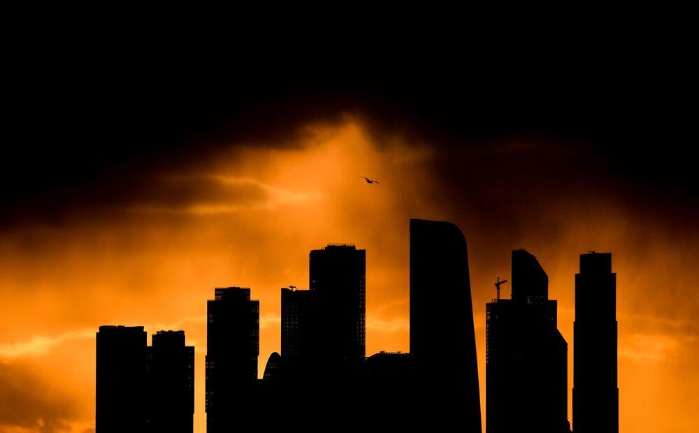 غروب الشمس على خلفية مركز الأعمال موسكو-سيتي في وسط العاصمة موسكو