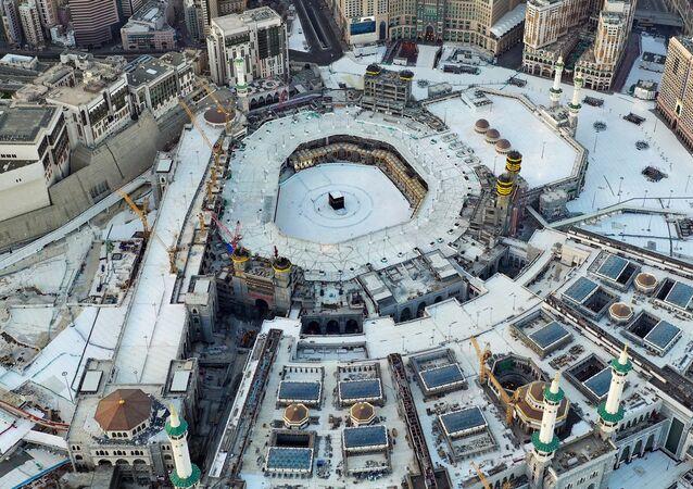 مسجد الحرم الشريف في مكة في اليوم الأول من شهر رمضان، حيث فُرض في البلاد كافة، في إطار الجهود الهادفة إلى وقف انتشار مرض فيروس كورونا (كوفيد-19)، السعودية، 24 أبريل 2020.
