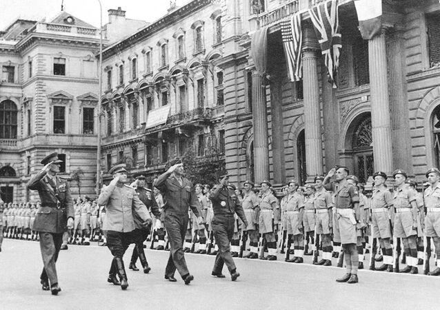 مارشال كونيف (الثاني من جهة اليسار) خلال عرض قوات التحالف في فينا عام 1945