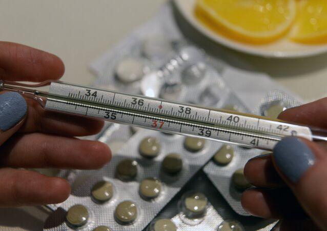 أدوية وميزان لقياس درجة الحرارة