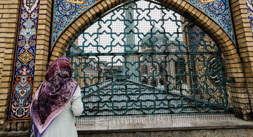 امرأة تقف أمام مسجد الإمام صالح بن موسى الكاظم في طهران، شهر رمضان، إيران 25 أبريل 2020