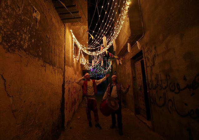 المسحراتي في شوارع مدينة رفح جنوب قطاع غزة، شهر رمضان، فلسطين  24 أبريل 2020