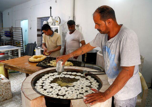 تحضير الحلويات في النجف، شهر رمضان، العراق 25 أبريل 2020