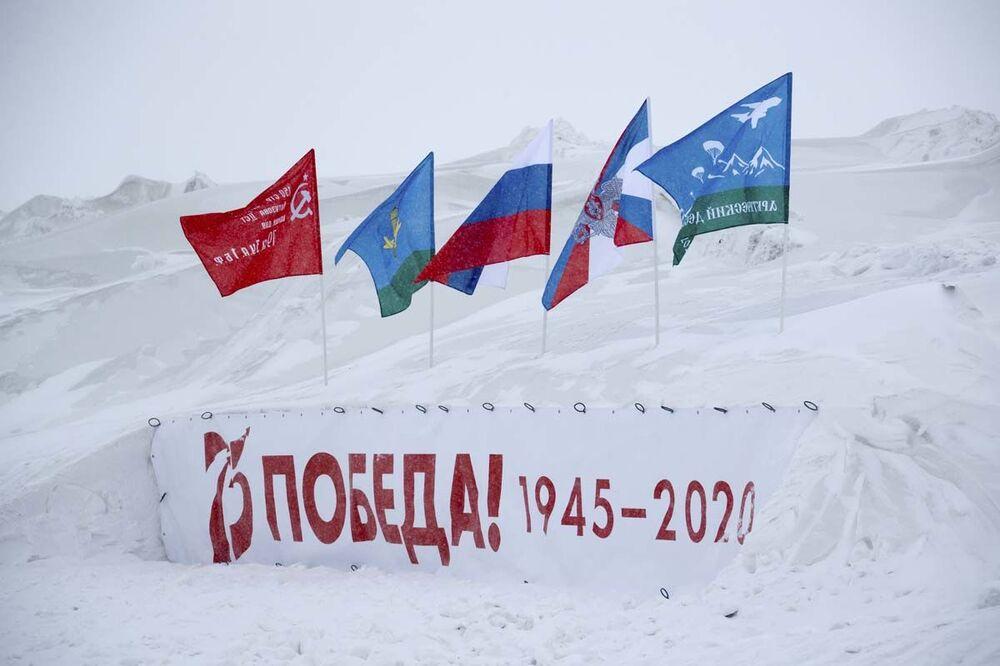 لأول مرة في التاريخ العالمي، نزل المظليون الروس كجزء من مجموعة على أنظمة المظلات الجديدة من ارتفاع عشرة آلاف متر في ظروف القطب الشمالي. تم الإنزال في أرخبيل فرانتيس جوزيف لاند.