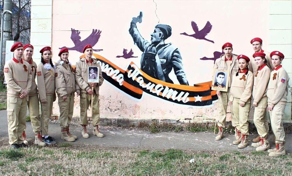 رسم غرافيتي لصورة مشهورة انتشرت خلال فترى الحرب الوطنية العظمى (1941-1945) عند تقاطع شارعي كيم وتامانسكايا في موسكو