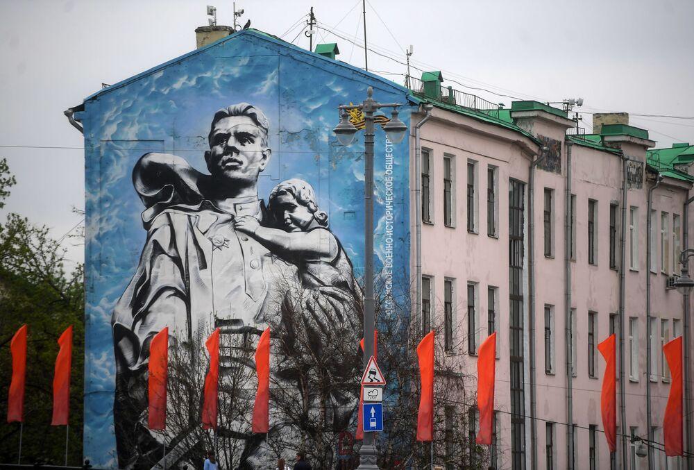 رسم غرافيتي لصورة مشهورة انتشرت خلال فترة الحرب الوطنية العظمى (1941-1945) يصور المحارب المحرر على إحدى واجهات المباني في حي كريمليوفسكايا نابيريجنايا (ضفة الكرملين) في موسكو