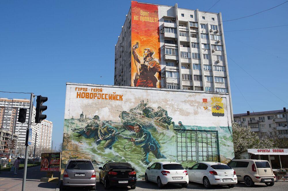 رسم غرافيتي لصورة مشهورة انتشرت خلال فترى الحرب الوطنية العظمى (1941-1945) في مدينة نوفوروسيسك