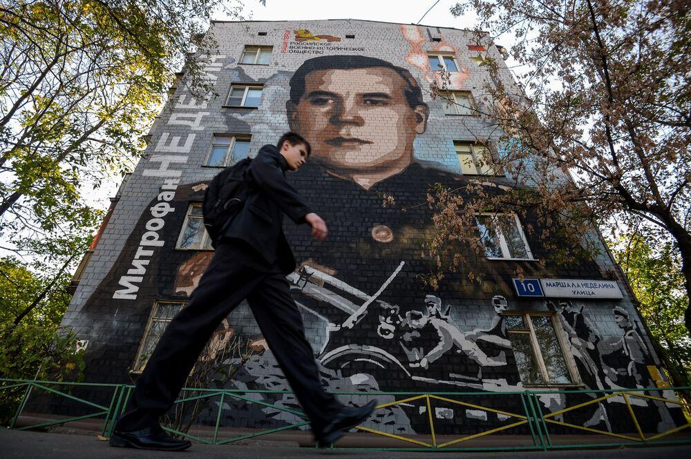 رسم غرافيتي للفنان سيرغي أوفسيكين يصور المارشال نيديلين، على واجهة منزل رقم 10 في شارع مارشال نيديلين في موسكو