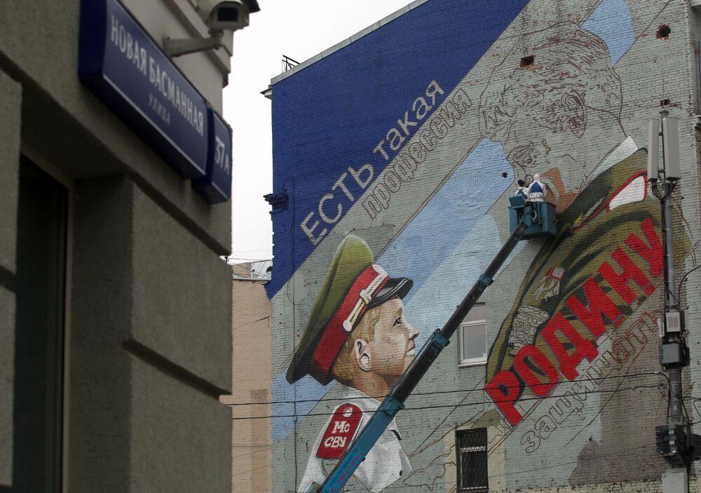 رسم غرافيتي، توجد هكذا مهنة - حماية الوطن (وهي عبارة من فيلم سوفيتي الضباط)