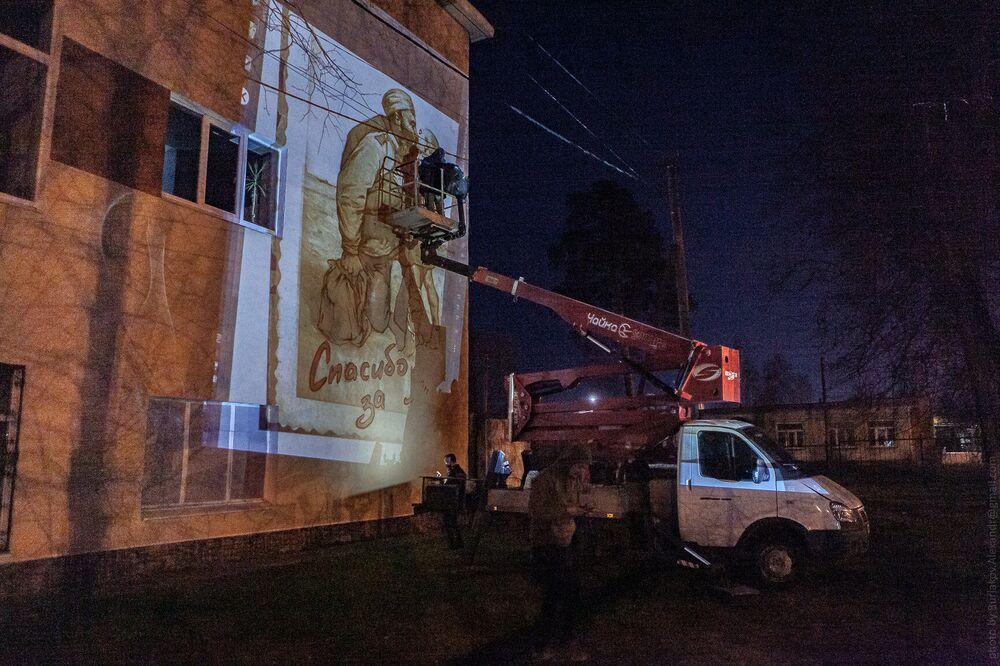 رسم غرافيتي عودة الأب إلى الابن، على واجهة الثانوية في مدينة ليكينو-دوليوفو في ضواحي موسكو
