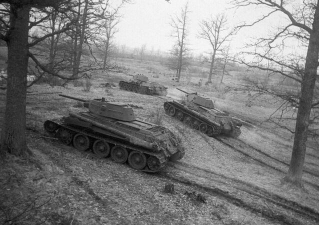 الدبابة السوفيتية تي 34 تصل إلى الخطوط الهجومية (الحرب الوطنية العظمى 1941-1945)