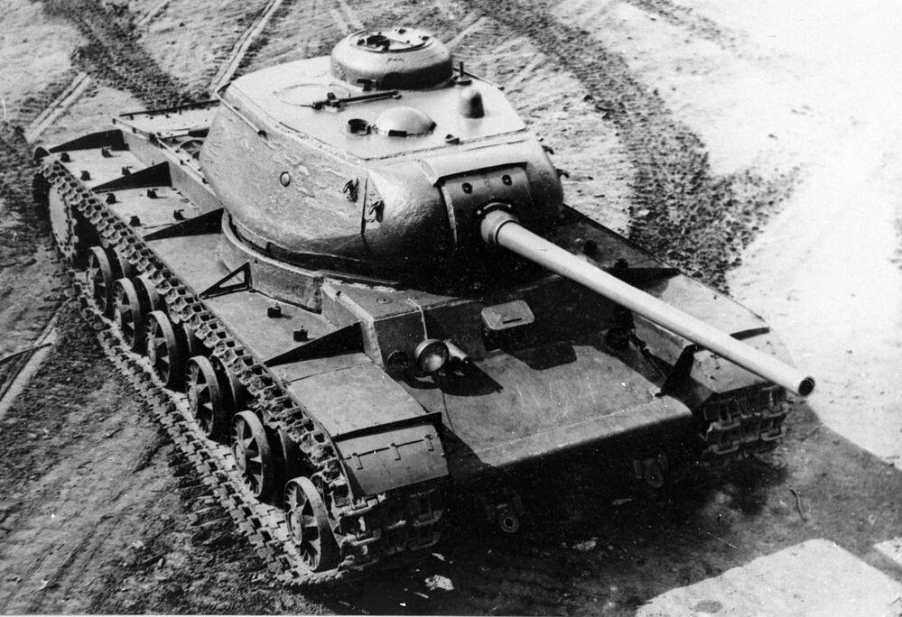 كا في-85- دبابة ثقيلة سوفيتية خلال الحرب الوطنية العظمى (1941-1945). من أرشيف المتحف المركزي للقوات المسلحة السوفيتية.