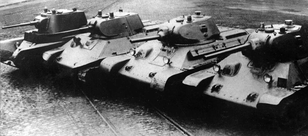 السلسلة التطورية - من اليسار إلى اليمين، دبابات من انتاج ما قبل الحرب: دبابة أ-8 (بي تي-7إم)، دبابة أ-20، دبابة تي-34 (عام 1940) مع مدفع إل-11، دبابة  تي-34 (عام 1941) مع مدفع في-34