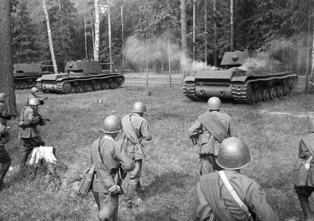 الدبابات السوفيتية الثقيلة كا فا-1 تتوجه إلى موقع الهجوم، الجبهة الغربية من الحرب، 12 مايو/ أيار 1942