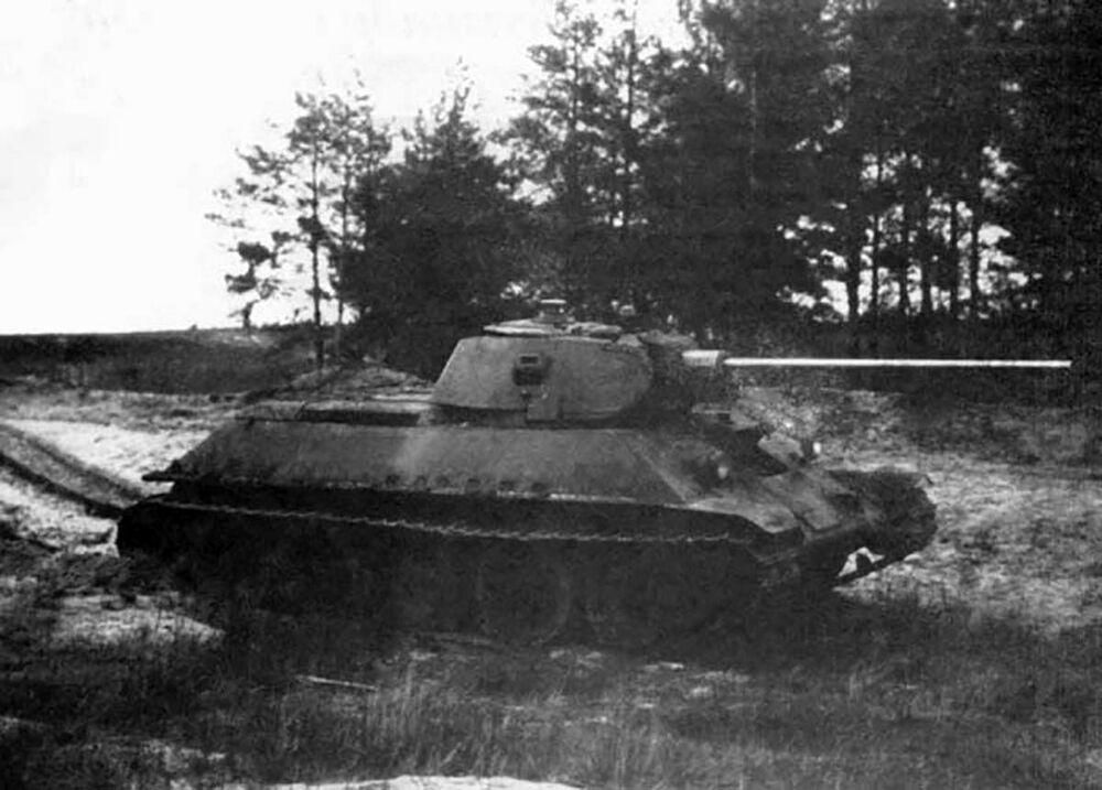 الدبابة السوفيتية  من طراز تي 34-57 تصل إلى الخطوط الهجومية (الحرب الوطنية العظمى 1941-1945)
